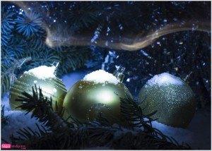 postal de navidad, adornos navideños, foto bolas con nieve para el árbol, felicitación navideña