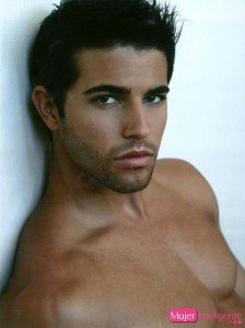 moreno-atractivo-guapo-y-sexy-ojos-oscuros