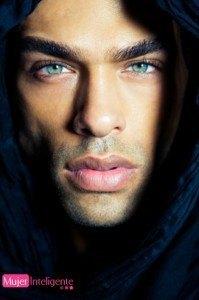 chico sexy ojos azules preciosos