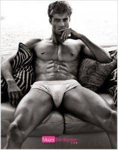 foto erótica en blanco y negro de chico en posición provocativa