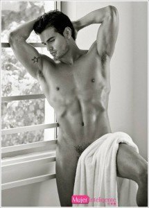 foto erótica de chico guapo en blanco y negro