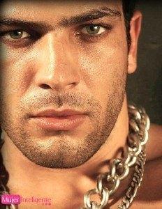 foto hombre varonil y atractivo ojos bonitos mirada seductora