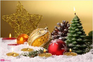 postal de navidad, adornos navideños, foto bolas y piñas para el árbol, felicitación navideña