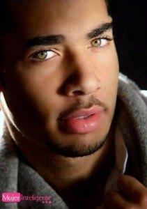 chico guapo con ojos bonitos.
