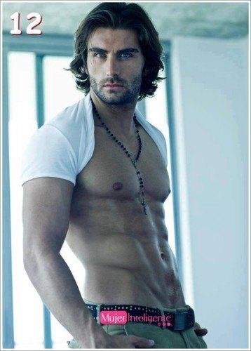 hombre sexy y guapo marcando abdominales