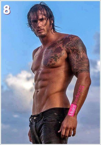 chico sexy tatuado sin camiseta
