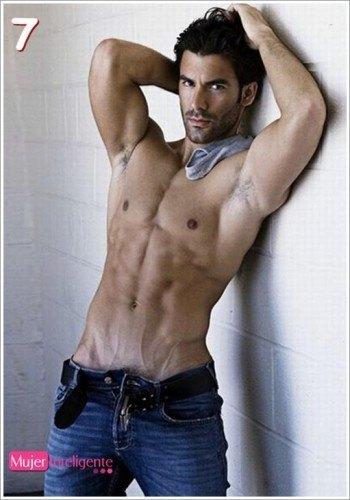 moreno sexy y guapo sin camisa