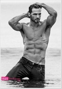 Adam-Cowie-hombre-sexy-blanco-y-negro