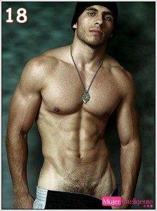 chico mostrando cuerpo sin camisa
