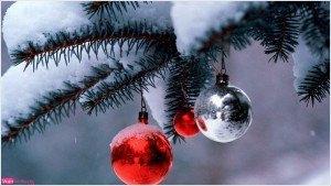 tarjeta de navidad, adornos navideños, foto bolas en el árbol, felicitación postal de navideña, imagen de nieve