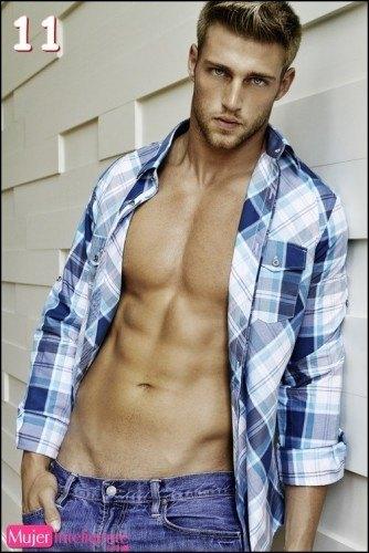 chico guapo ojos azules sin camisa