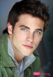 foto-chico-hombre-joven-guapo-moreno-ojos-azules