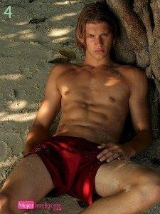 joven rubio y guapo en la playa