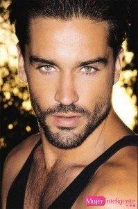 fotos-chicos-guapos-moreno-sexy-ojos-claros-barba